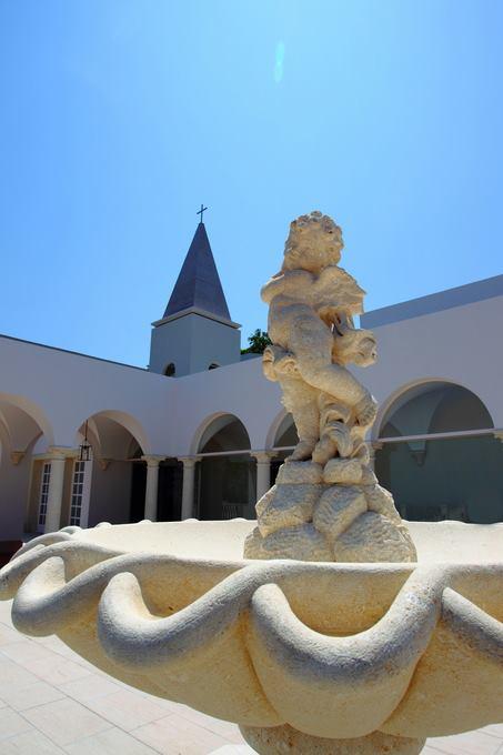 小天使雕像,象徵著守護所有新人的使命