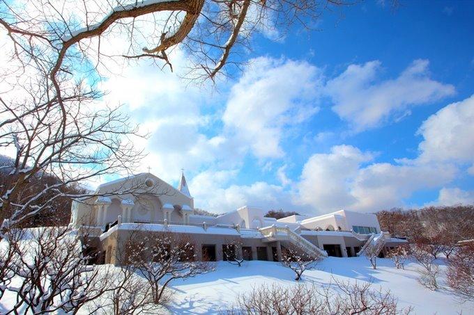 白雪裡的玫瑰花園教堂