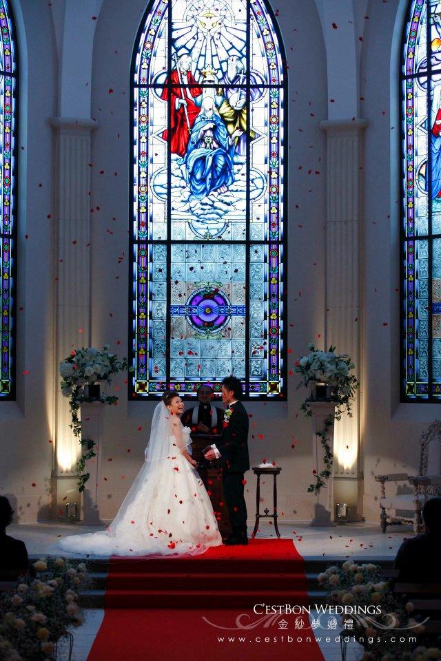 從天而降的玫瑰花雨,是新郎給新娘的小驚喜。